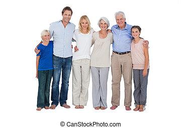 Familie steht vor weißem Hintergrund.