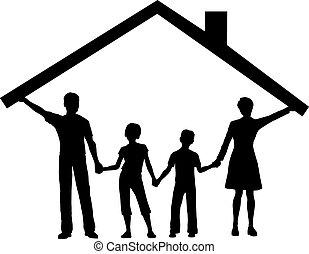 Familie unter Haus hält Hausdach über Kindern