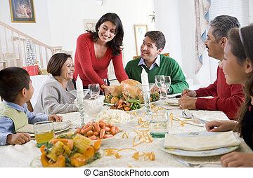 Familie zusammen beim Weihnachtsessen