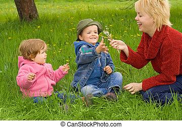 Familienspaß im Gras