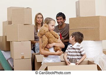 Familienverlegungshaus spielt mit Kisten