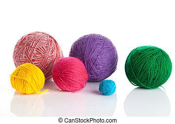 Farbige verschiedene Fadenbälle. Wool strickt auf weißem Hintergrund