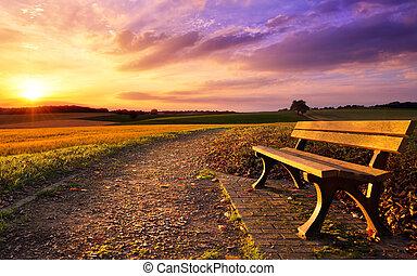 Farbiger Sonnenuntergang in ländlicher Idylle.