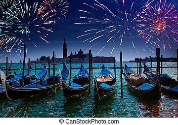Festes Feuerwerk über dem Kanalrand in Venice
