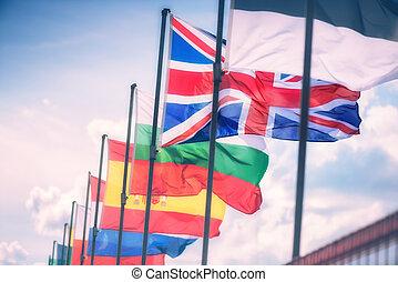 Flügelflaggen vor dem Gebäude des Europäischen Parlaments