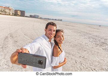 foto, glückliche frau, mann, urlaub, sandstrand, telefon, jungvermählten, holdiay, -, paar, selfie, honeymoon., junger, nehmen, romantische