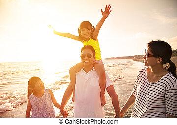 Fröhliche Familie am Strand.