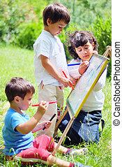 Fröhliche Kinder spielen und zeichnen