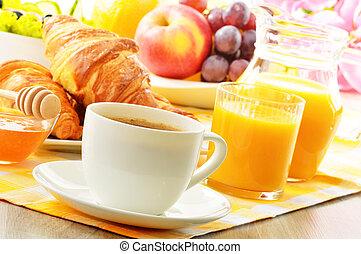 Frühstück mit Kaffee, Orangensaft, Croissant, Eier, Gemüse und Früchten.