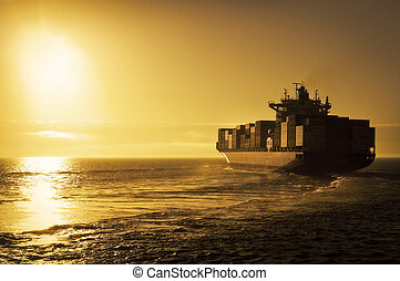Frachtcontainerschiff in Sonnenuntergang