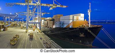Frachtschiff bei Nacht