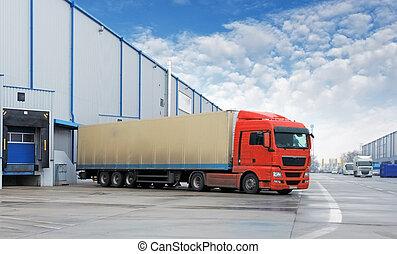 Frachttransport - LKW im Lagerhaus.