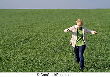 Frau auf dem Feld im Frühling