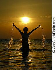 Frau bei Sonnenaufgang mit Sabber