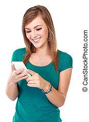 frau, beweglich, junger, telefon, gebrauchend, lächeln