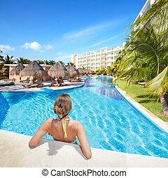 Frau im Schwimmbad im Karibischen Resort.