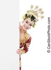 Frau mit traditionellem Javakleid mit leerem Brett