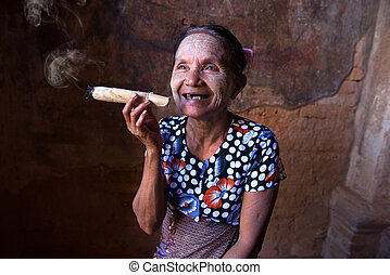 frau, tobacco., qualmende , altes , myanmar., bagan, asiatisch