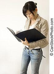 Frauen im Bildungs- und Geschäftsleben lesen auf dem Papier