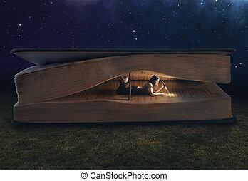 Frauen lesen in einem großen Buch