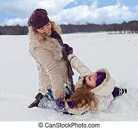 Frauen und Mädchen haben Spaß im Schnee