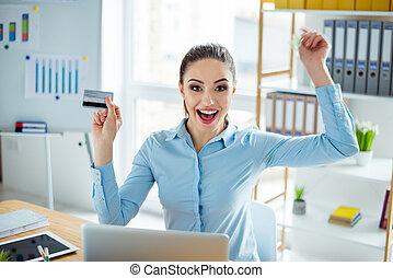 freiberufler, angehoben, triumphierend, besitz, karte, hände, kredit, glücklich