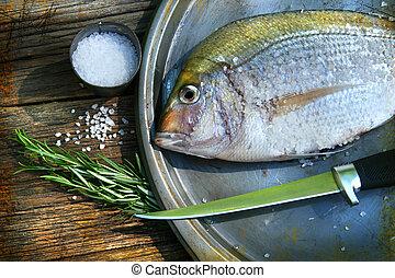 Frisch gefangenen Fisch auf dem Teller