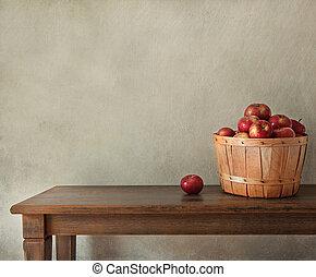 Frische Äpfel auf Holztisch