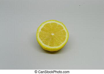 Frische Zitrone, isoliert auf weißem Hintergrund.