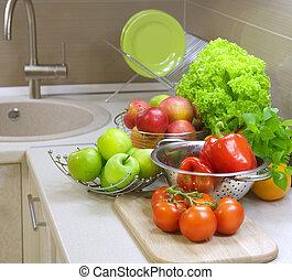 Frisches rohes Gemüse auf dem Küchentisch. Diät