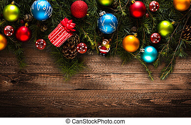 Frohe Weihnachtsrahmen mit echtem Waldgrün und bunten Tannen.