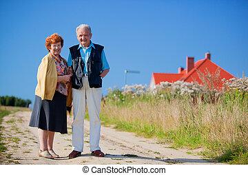 Frohes Senior Paar und Haus