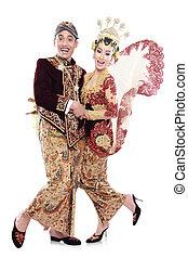 Frohes traditionelles Java-Hochzeitspaar