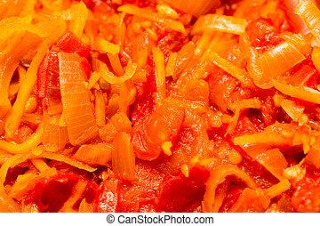 Gebratene Karotten mit Tomaten in einer Pfanne.