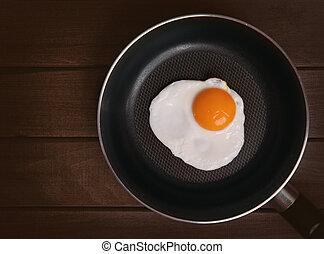 Gebratenes Ei in einer Pfanne.
