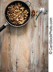 Gebratenes Fleisch auf Holztisch.
