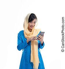 gebrauchend, frau, junger, moslem, telefon, beweglich