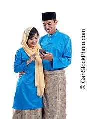gebrauchend, moslem, paar, telefon, beweglich