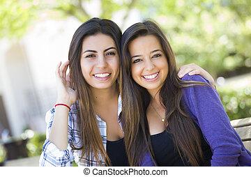 Gemischte Rasse junge erwachsene weibliche Freunde Portrait.