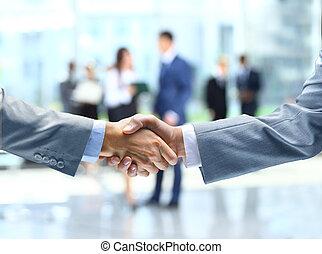 Geschäftshandschütteln und Geschäftsleute