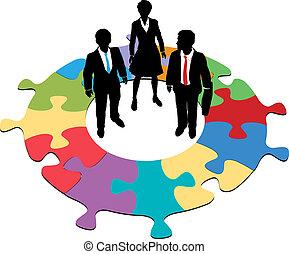 Geschäftsleute kreisförmige Rätsellösung