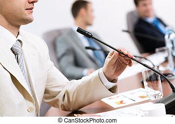 Geschäftsmann auf dem Treffen