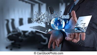 Geschäftsmann, der an moderner Technologie arbeitet