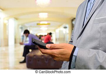 Geschäftsmann mit Handy.