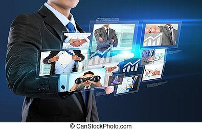 Geschäftsmann mit sozialem Netzwerk