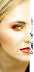 Gesicht einer jungen blonden Frau mit grünen Augen