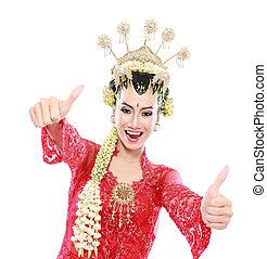 Glücklich über die traditionelle Java, die Daumen hoch zeigt
