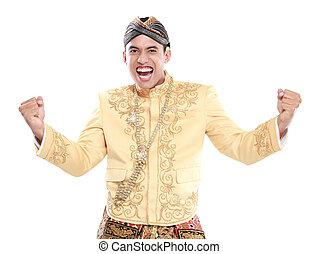 Glücklich, dass der Mann traditionell Java trägt