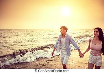 glücklich, sandstrand, sonnenuntergang, gehen, paar, junger, asiatisch