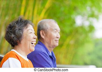 Glückliche Asiaten im Park.